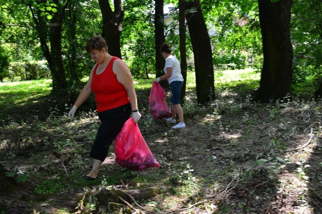 """uczestnicy projektu """"Akcja Aktywizacja"""" wraz z Organizatorami Społeczności Lokalnej i Radą Osiedla Częstocice zorganizowali akcję sprzątania terenu osiedla Częstocice"""